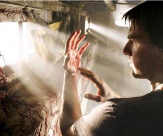 Tom Cruise Alien Matter On Hands Wallpaper