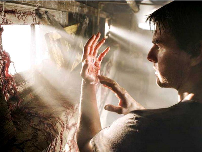 Tom Cruise Alien Matter On Hands Wallpaper 800x600