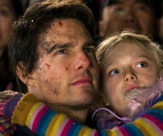 Tom Cruise Carries Dakota Fanning War Of The Worlds Wallpaper
