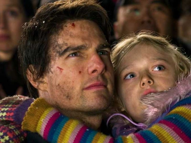 Tom Cruise Carries Dakota Fanning War Of The Worlds Wallpaper 800x600