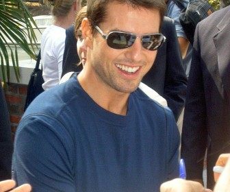 Tom Cruise Signing Autographs Wallpaper