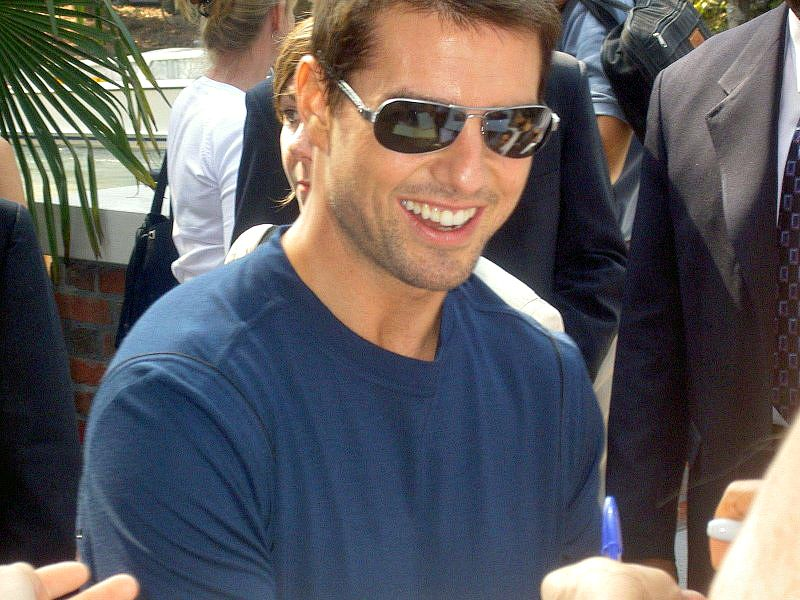 Tom Cruise Signing Autographs Wallpaper 800x600